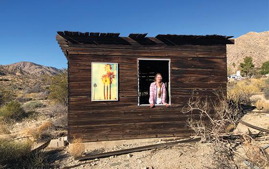 Die Künstlerin mit ihrem Werk in Kalifornien
